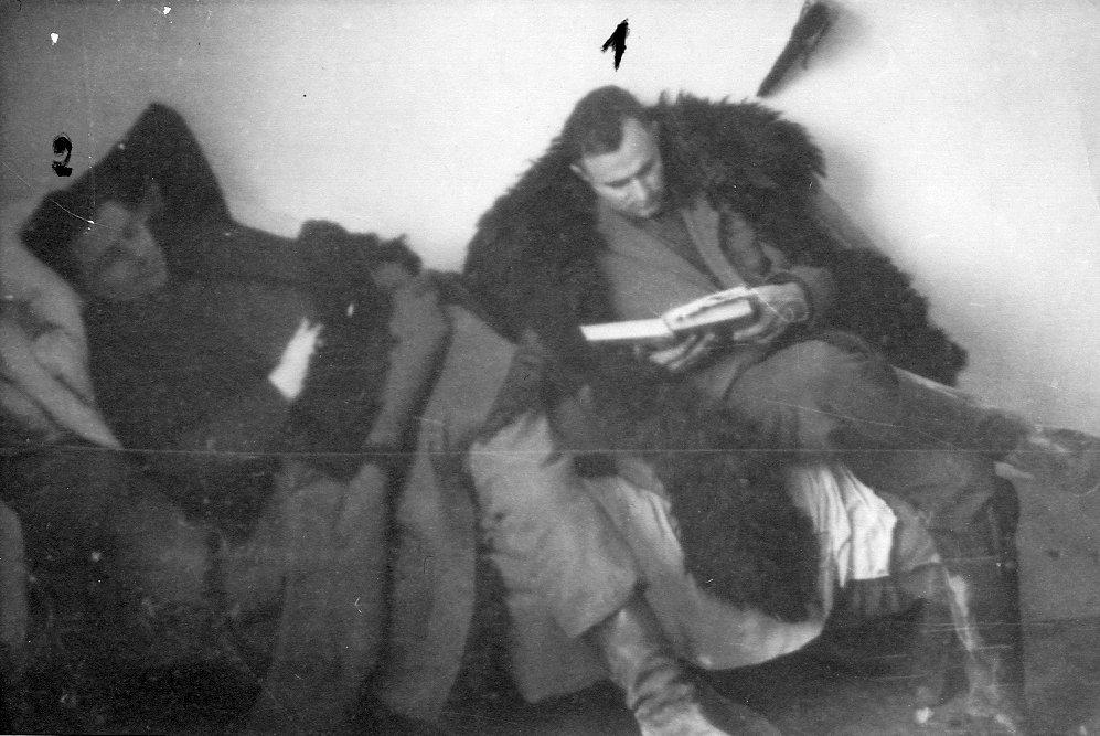 """Kpt. Zdzisław Broński """"Uskok"""" (z lewej) i Stanisław Kuchcewicz """"Wiktor"""" na kwaterze, jesień 1948 r."""